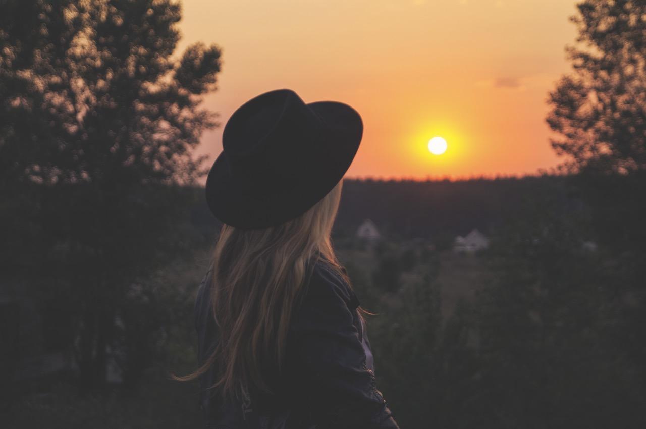 Frau blickt in den Sonnenuntergang